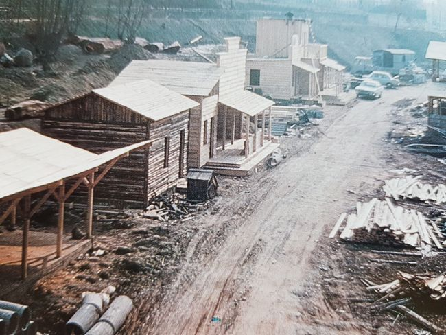 Gardaland 1975: lavori di costruzione del villaggio western Rio Bravo