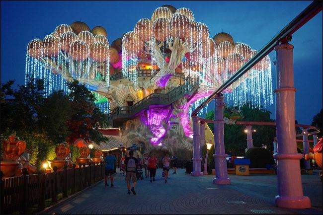 Area Fantasy Kingdom di Gardaland illuminata per l'apertura serale