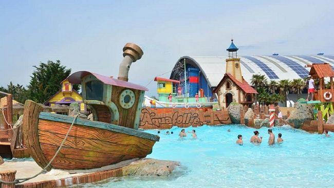 piscina onde di Aquafollie, il parco acquatico di Caorle, vicino Venezia