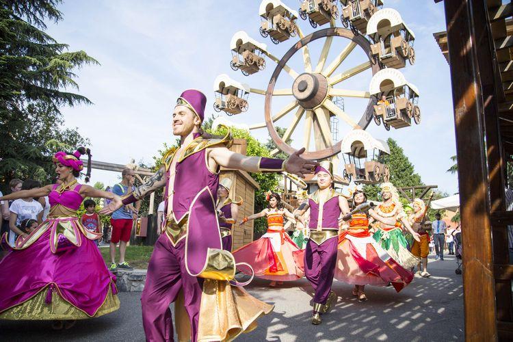 Parata di personaggi in costume e mascotte al parco divertimenti Leolandia
