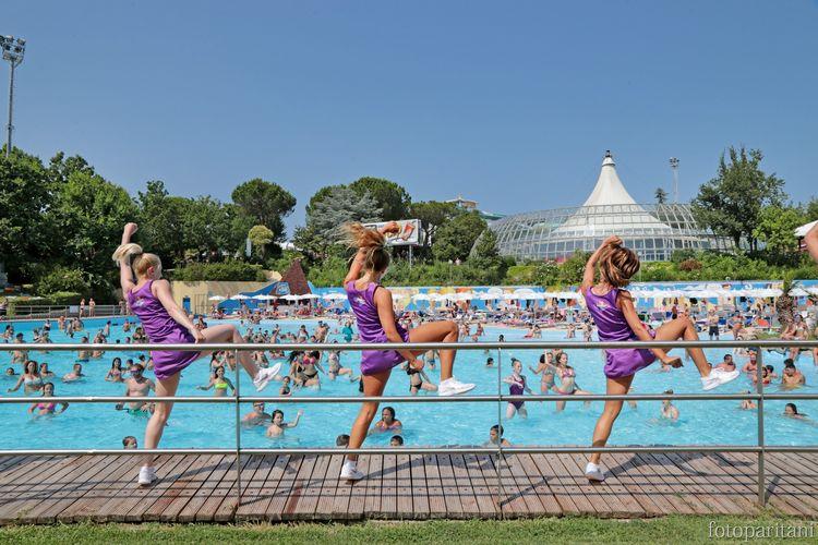 Aquafan di Riccione, animazione sul palco della piscina onde