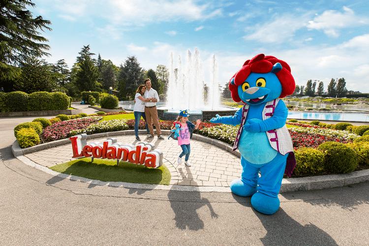 Mascotte di Leolandia accoglie i visitatori all'ingresso per l'avvio della stagione 2020