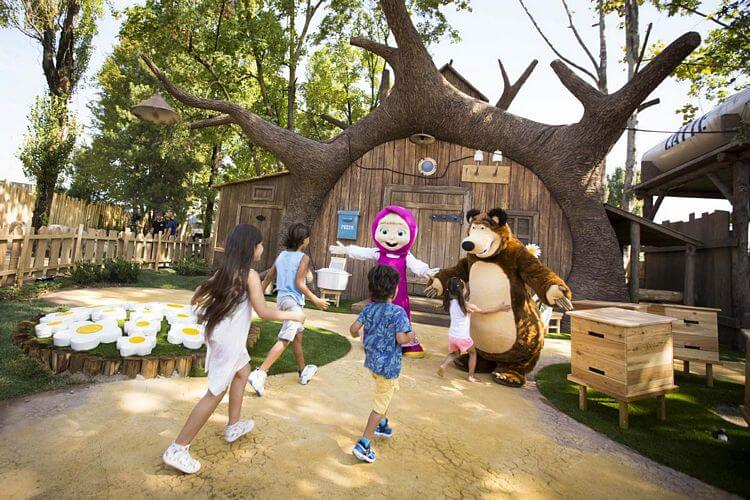 Masha e Orso accolgono i bambini a Leolandia