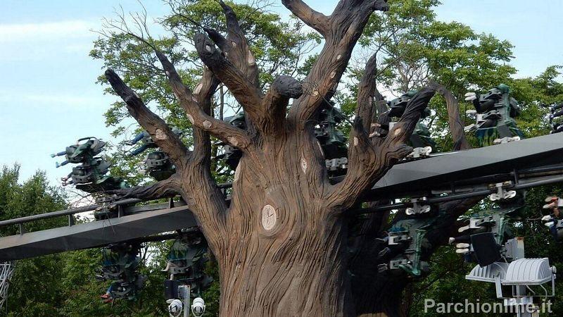 Il treno di Raptor Gardaland attraversa un albero gigantesco compiendo una inversione