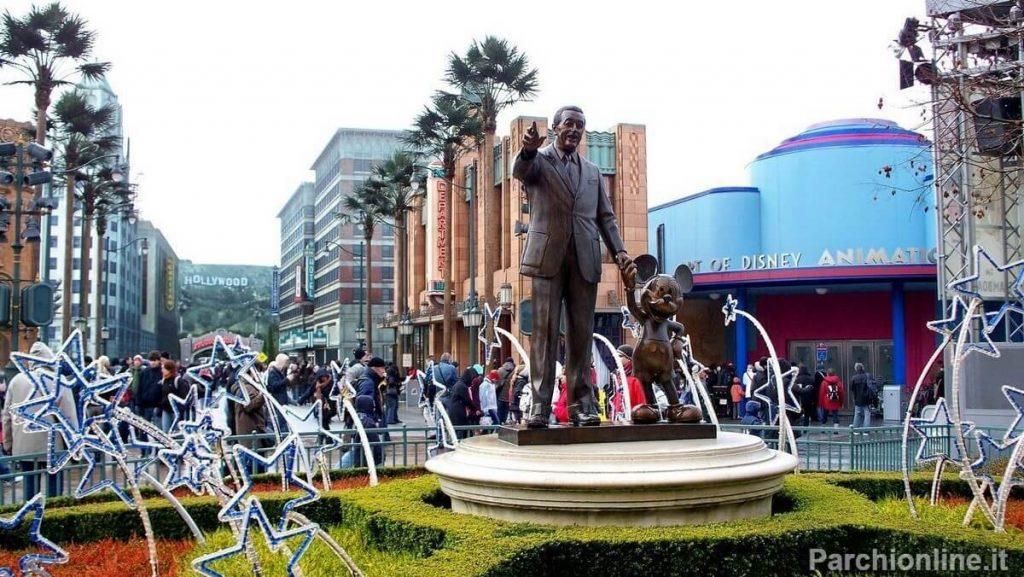 Statua di Walt Disney e Topolino all'ingresso dei Walt Disney Studios di Parigi
