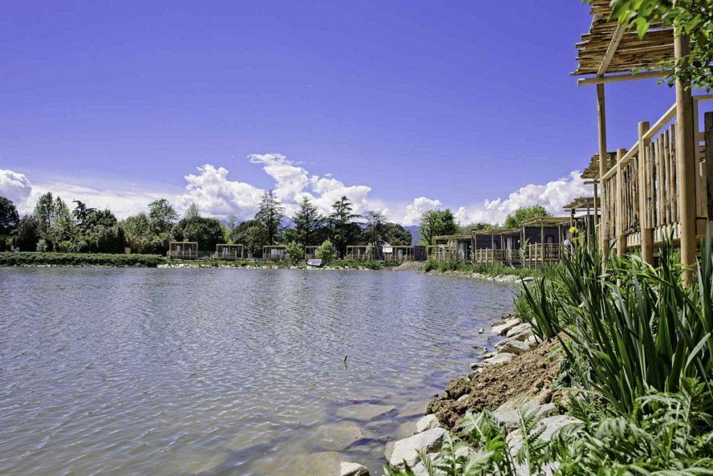 I lodge del nuovo glamping di Zoom Torino affacciati sul lago
