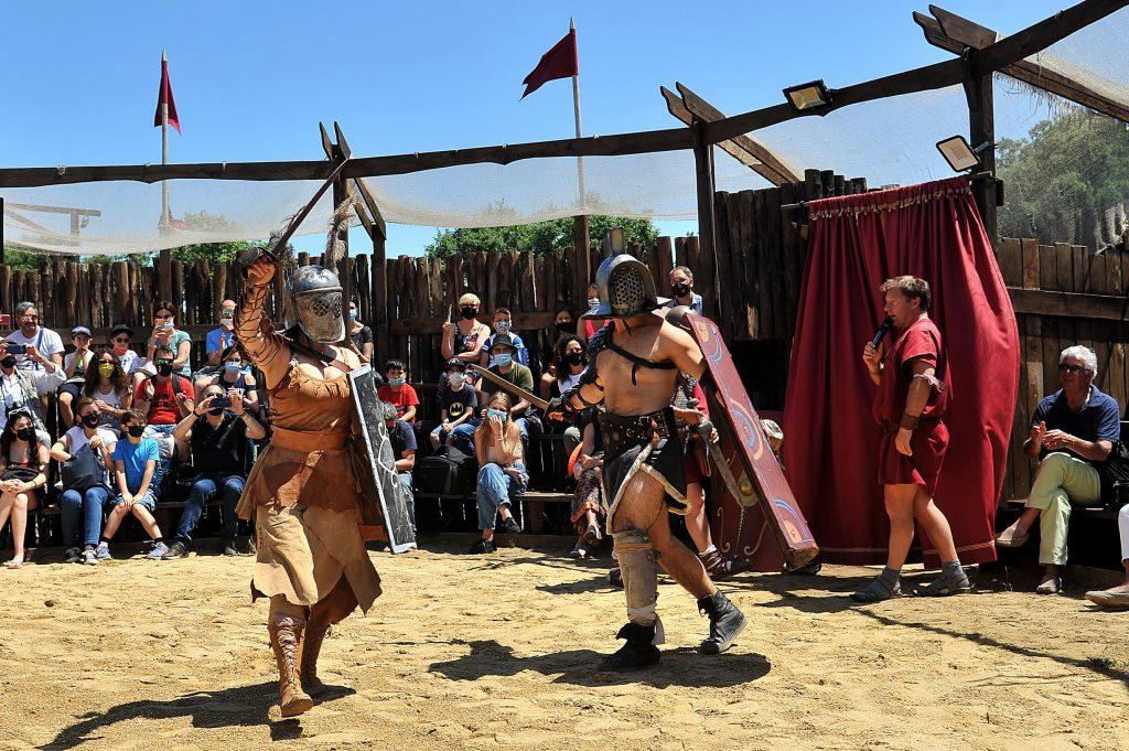 Combattimento tra gladiatori nell'arena del parco tematico Roma World