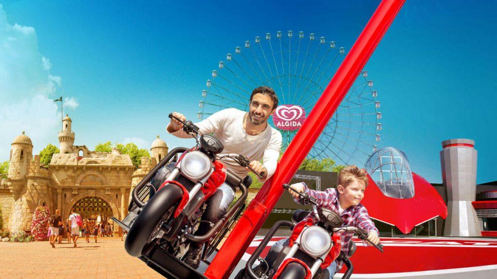 Papà e figlio sulla giostra di Ducati World a Mirabilandia